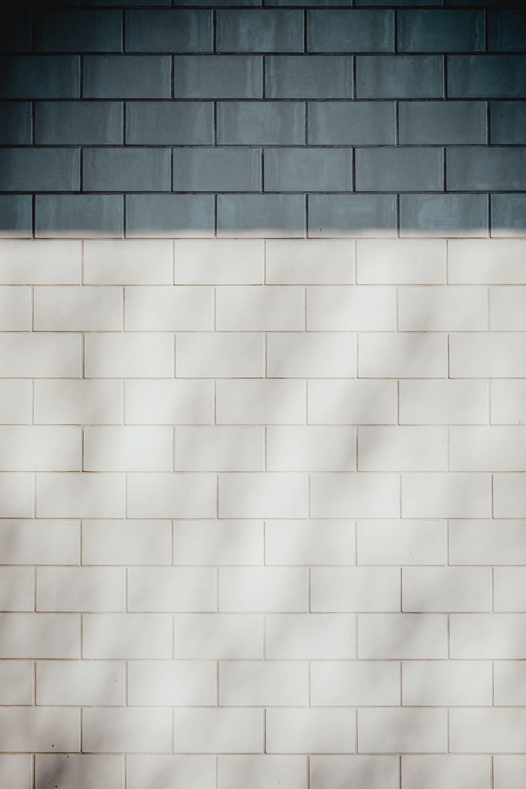 W jaki sposób ułożyć płytki ceramiczne na ścianie